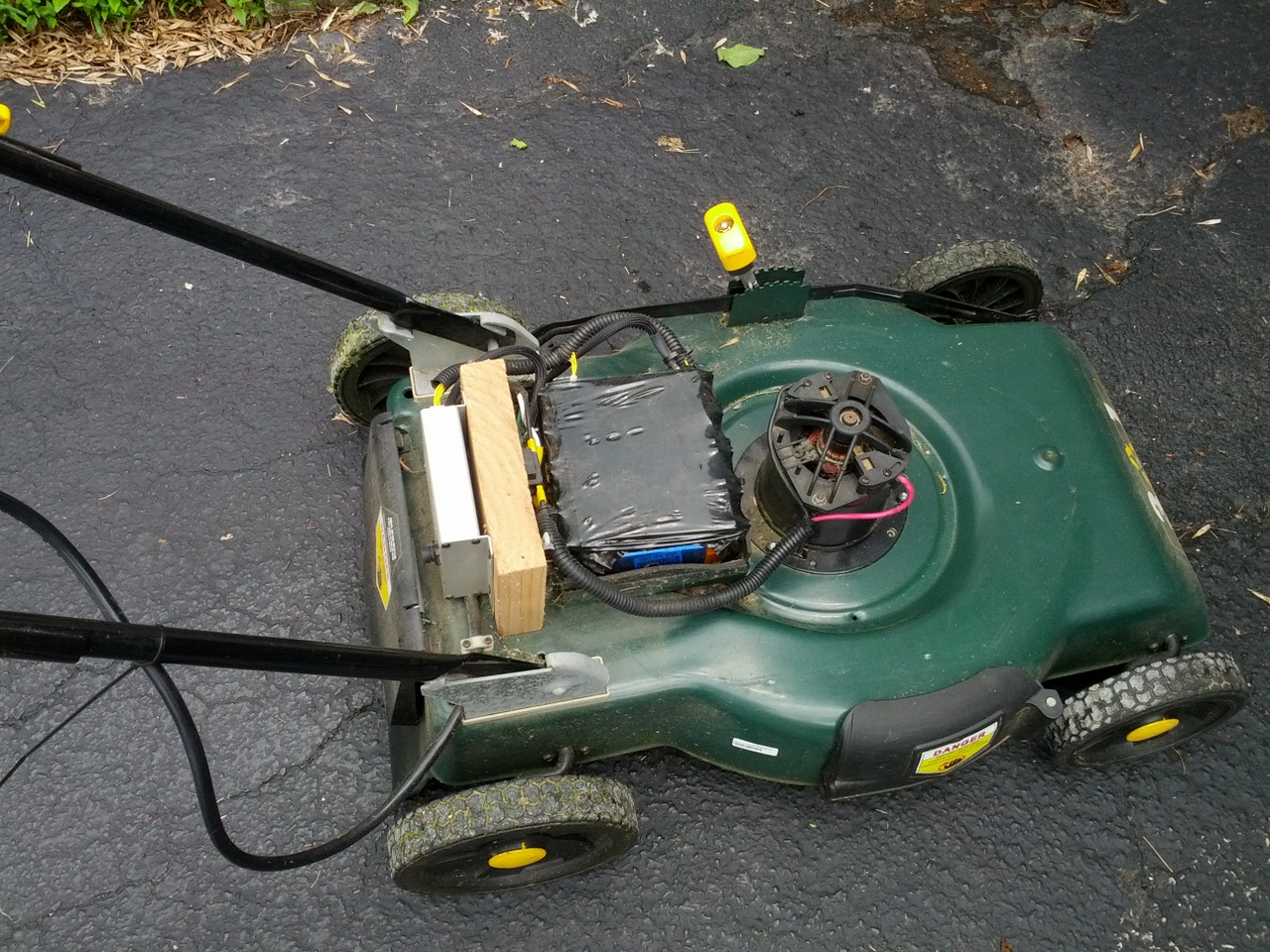 Upgrading an electric lawn mower to lithium batteries | KuzyaTech